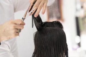 coiffeur en train de faire une coupe