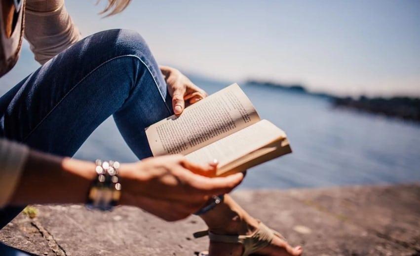 lecture au bord de l'eau