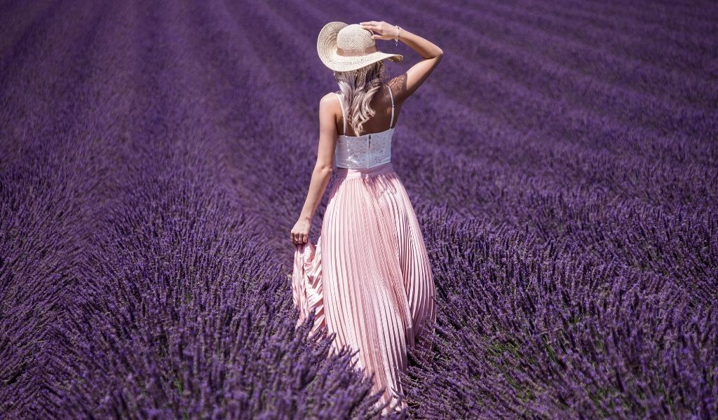 plantation de lavande et jeune femme en robe Bohème